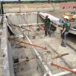 Fa. ecosoil beim Freistemmen der vermörtelten Elementfugen und beim Herausheben des Mittelauflagerbalkens der Dachplatten